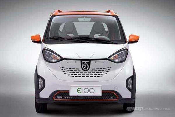 宝骏E100是一款微型纯电动汽车,车身尺寸仅为2488x1506x1670毫米,轴距1600毫米,整备质量仅为750千克,上汽通用五菱方面表示,宝骏E100是按照国家法律法规要求范围内最小的尺寸作为原则设计,除了价格之外,还可以在很大程度上解决停车难的问题。不过即便车身较小,但设计上并不含糊。 内饰整体采用环抱式设计,配备可多向调节的座椅、中控台超大屏幕和液晶仪表盘等,十分简洁和实用。此外,宝骏E100的后行李厢还具备190升的容量。 配置方面,宝骏E100装备电动后视镜调节、车载4G WI-FI、电子