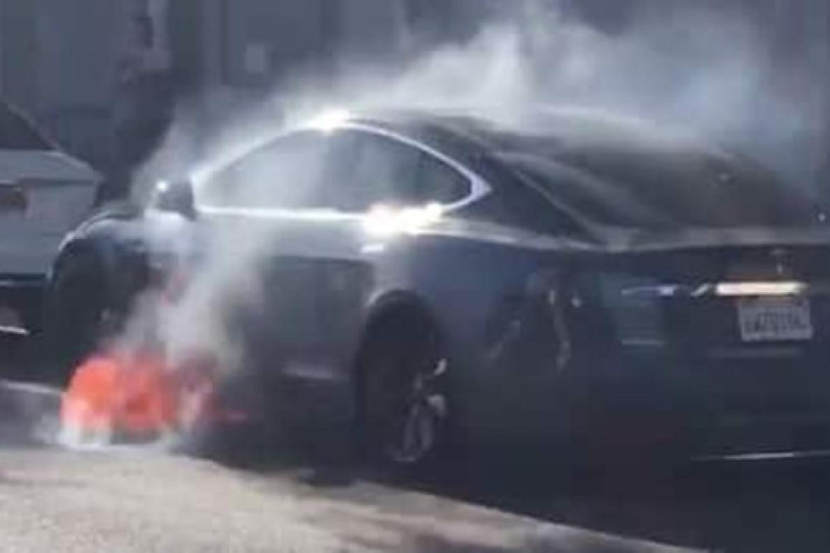特斯拉Model S行驶途中起火,特斯拉回应将进行调查