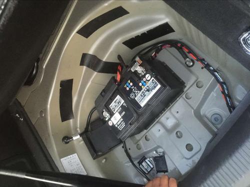 汽车电瓶更换步骤:拆下旧电瓶