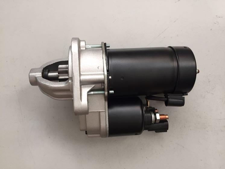 汽车发电机是汽车的主要电源,其功用是在发动机正常运转时(怠速以上),向所有用电设备(起动机除外)供电,同时向蓄电池充电。 在普通交流发电机三相定子绕组基础上,增加绕组匝数并引出接线头,增加一套三相桥式整流器。低速时由原绕组和增绕组串联输出,而在较高转速时,仅由原三相绕组输出。 汽车发电机工作原理是什么——工作原理
