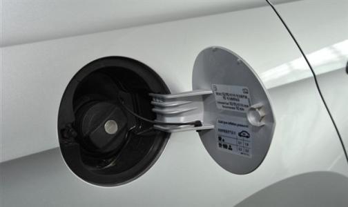 汽车漏油故障有损害 预防漏油措施:汽车油箱进水的解决办法