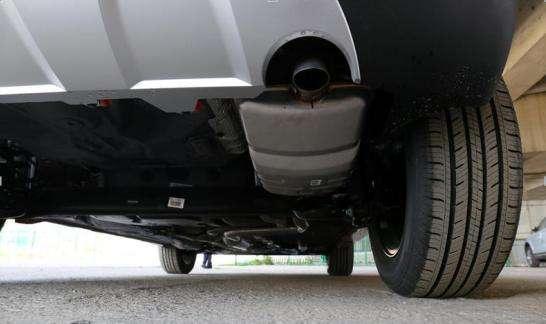1、汽车排气管进水、发动机熄火,这时不要强行打火,应该直接拨打救援电话。 2、在4S店,经过简单的清洗、烘干,发动机即可正常工作。 3、如果涉浅水,进水不严重,可以自己检查电子系统、车壳底下有无积水。如果必须启动发动机,要先把火花塞拆掉,将发动机的水排出一些,之后再安装继续启动,这样就可避免熄火现象。 汽车排气管轻微进水怎么办:注意事项