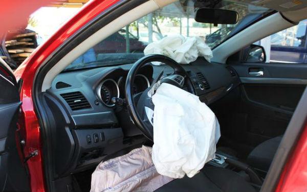 安全气囊是一次性的产品,很多人好奇为什么弹出后不可以再次塞回去,这是不是生产厂家为了谋利才说是一次性产品。我们首先从安全气囊的工作原理上来了解一下。安全气囊主要由两个部分组成,一个就是探测点火装置,一个就是气囊主体,当该装置检测到汽车发生碰撞的时候会在0.03秒之内点火引爆内部的电子管使得储存的压缩气体(一般都是惰性气体氮气)在0.