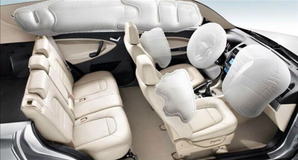 安全气囊在车辆发生碰撞时,能够起到缓冲作用,从而降低撞击对车内乘客造成的伤害。安全气囊系统主要包括:碰撞传感器、气囊电脑、系统指示灯、气囊组件以及链接的线路等。其中气囊组件主要包括气囊、气体发生器以及点火器等。 1,碰撞传感器:对于各汽车制造厂生产的车辆,碰撞传感器的安装位置都差不多,不过碰撞传感器的名称是不同的,毕竟每个厂商都有自己的叫法。 2,用途不同:碰撞传感器分为触发碰撞传感器和防护碰撞传感器。触发碰撞传感器也叫做碰撞强度传感器,用于检测碰撞时的减速度或惯性,并将碰撞信号传给气囊电脑,作为气囊电
