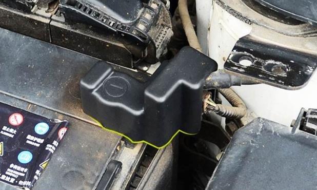 蓄电池的设计寿命是27个月、一般家庭用车比较省、新车的电池很多用到3-4年、不过更换过一次以后一般2年左右一定要更换了。出租车比较费、单班车能用一年出头双班车8-10个月左右就差不多了。 影响蓄电池寿命的几个因素是:车况、路况、驾驶员的习惯 一般车越新电池越省、因为马达好用省电池、发电机好用蓄电池能充分的充电、车旧了以后、尤其是那两个大件马达发电机更换以后,由于市场上这两种产品的原厂货和翻新货差价巨大、所以车主很容易不换原厂配件、之后蓄电池就比较容易坏了。 经常越野蓄电池容易坏、汽车蓄电池有一个技术指标