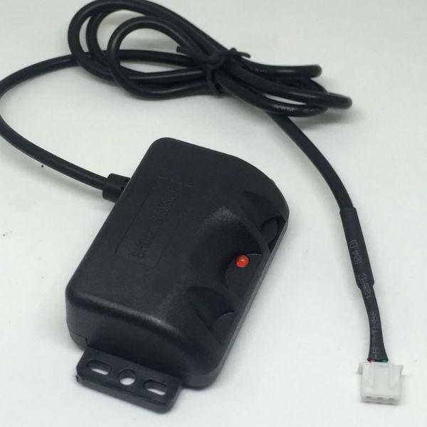 1、转速传感器: 转速传感器通常安装在分电器或发动机上,它可以检测出曲轴的转角。一但发生故障,会破坏点火系统的工作,使发动机不能工作。由于大多数转速传感器是磁脉冲式的,它能发出微弱的电信号,检测时可使用万用表或示波器;如果怀疑传感器内部导线接触不良,可将万用表置于电阻档与传感器导线相连接,然后晃动导线看万用表指针是否摆动,如果摆动则证明传感器内部导线接触不良,应即排除; 2、爆震传感器: 爆震传感器直接安装在汽缸上,由于直接受到发动机缸体上的温度变化或震动影响,因此要求具有较高的可靠性或稳定性。其检修工