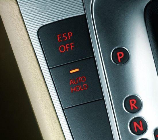 人们在上下坡或者红绿灯前停车时,会使用手刹来驻车,此时如果单纯使用