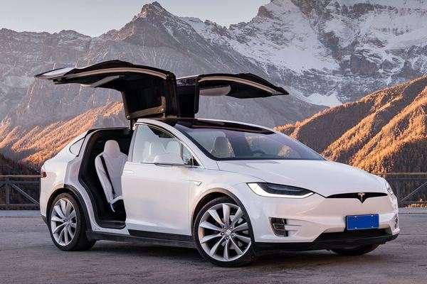 特斯拉开发的第一款车Roadster,是在莲花汽车公司(Lotus)的Elise跑车基础上开发。电动汽车最主要的三项技术是电池、电机和传动系统。特斯拉的传动技术来自AC Propulsion公司;它的电池采购自松下生产的18650电池;它的电机,采购自台湾富田电机。这种交流电机的源头,可以追溯到一百五十多年前的天才发明家尼古拉特斯拉(Nikola Tesla)特斯拉的公司名正是以他老人家的名字命名。 特斯拉计划在美国发展超级充电站网络和服务中心,推动汽车销售。特斯拉此次邮件中提到该公司计划降低电动汽
