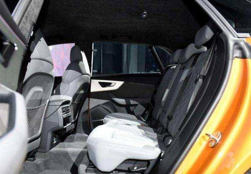 新款奥迪Q5取代的模型是澳大利亚最受欢迎的中型SUV。现在Q5面临的竞争对手比以往任何时候都多,而且沃尔沃和宝马的全新车型在该领域充斥着大量新鲜金属,阻碍了其潜在的成功。乍一看,奥迪最新款SUV可能看起来有些保守。造型与其前代产品没有太大的不同,现在带大家了解一下奥迪q5车内空间怎么样。 座椅装饰  奥迪Q5的标准装备为真皮座椅装饰,前排运动座椅,三区气候控制,电动驾驶员座椅调节,数字仪表盘显示,汽车灯和雨刷,LED头灯,自适应巡航控制,无钥匙进入和启动,动作激活后挡板,20-英寸合金轮毂。信息娱乐为7.