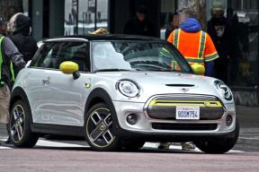 预计今年发布,整体造型与燃油版相似,MINI COOPER S 纯电版谍照曝光