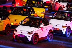 NEDC 工况续航 305 km,赛麟首款纯电动汽车迈迈亮相