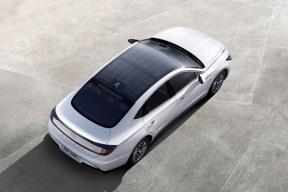 每年晒晒太阳就能行驶 1300 km,现代索纳塔Hybrid 这个天窗有点意思