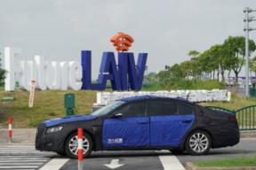 临港智能网联汽车测试区开园 华人运通车路协同技术亮相