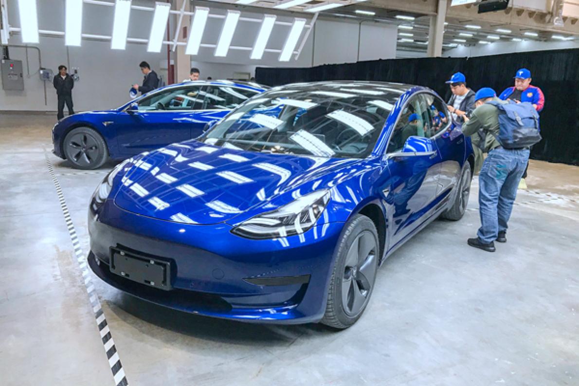 国产版 Model 3亮相,增加中文尾标,预计明年第一季度交付