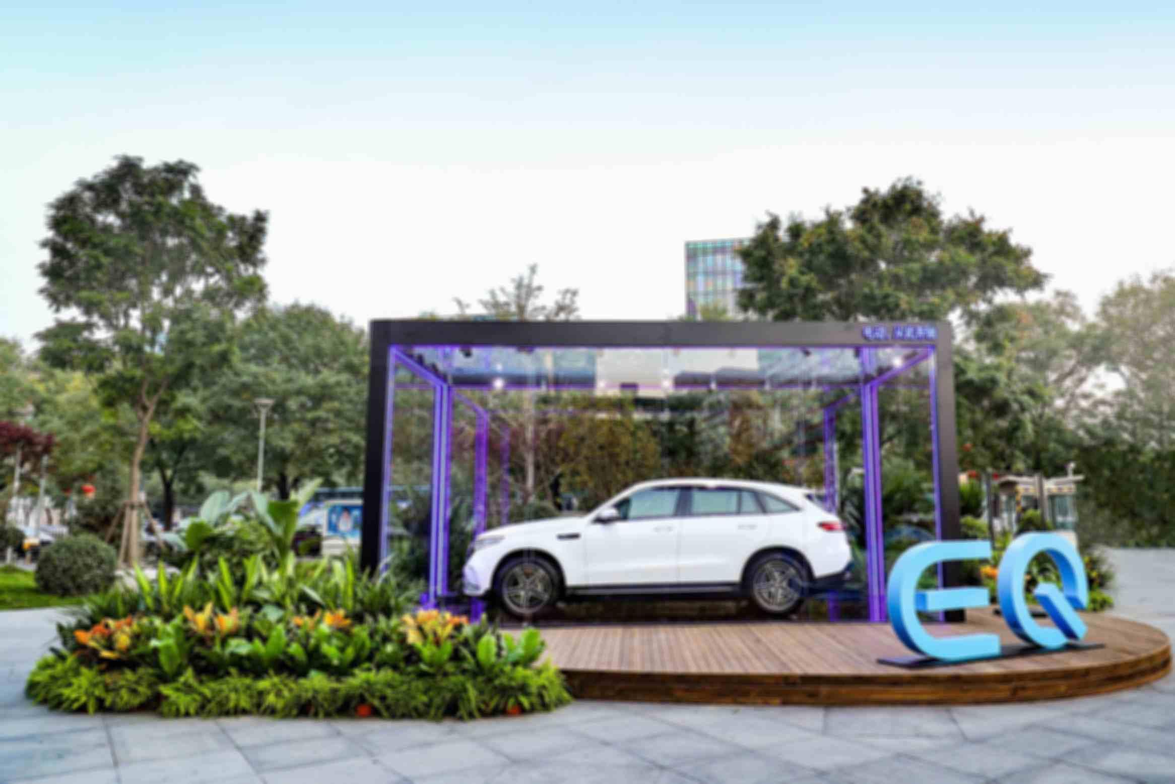 3.在Mercedes me Store北京三里屯体验店门口的展示区域内,全新EQC纯电SUV被打造成一件置身玻璃花园之中的装置艺术展示,犹如一件散发神秘气息的工业艺术品,令人在驻足观望之时为其所深深