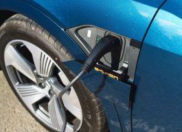 『卡叔说车』电量差不多 续航少100,是因为e-tron的电驱技术不如Model X吗?