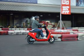 一辆电动摩托车的关键词:科技/操控  场地试驾九号电动车E