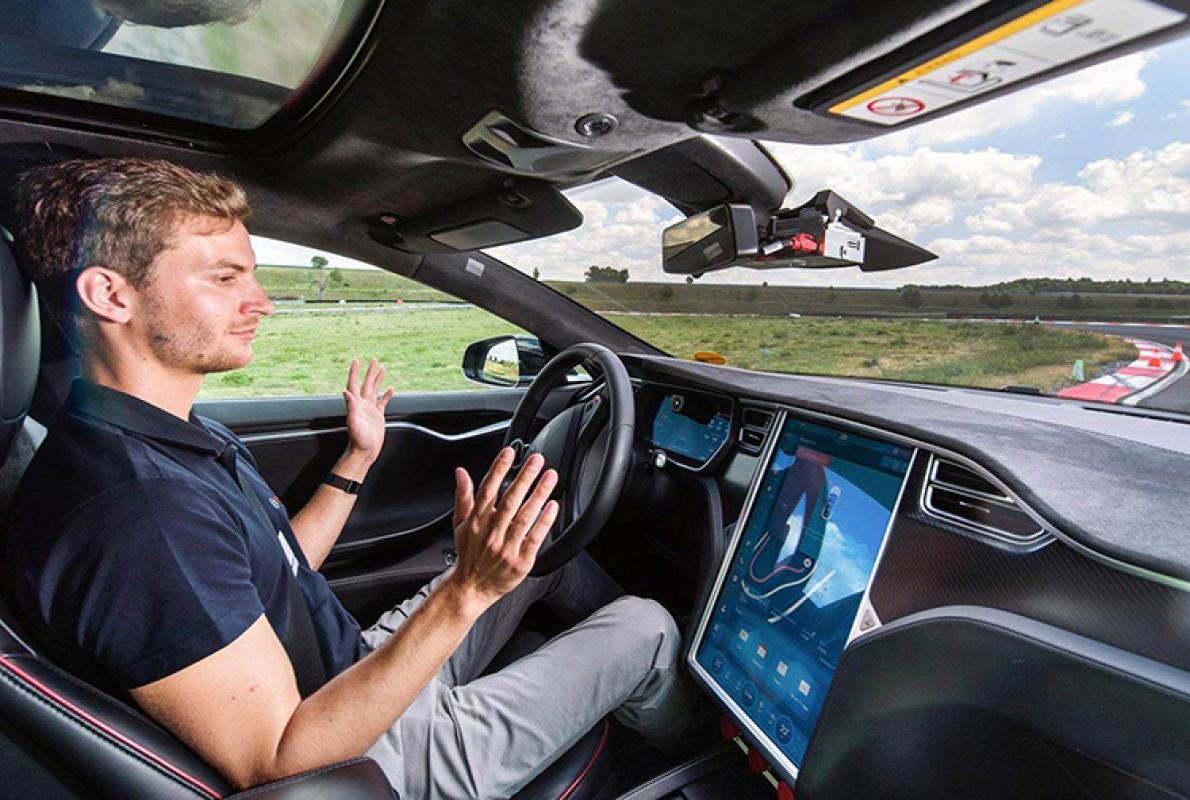 终于能识别红绿灯了,特斯拉自动辅助驾驶功能更新
