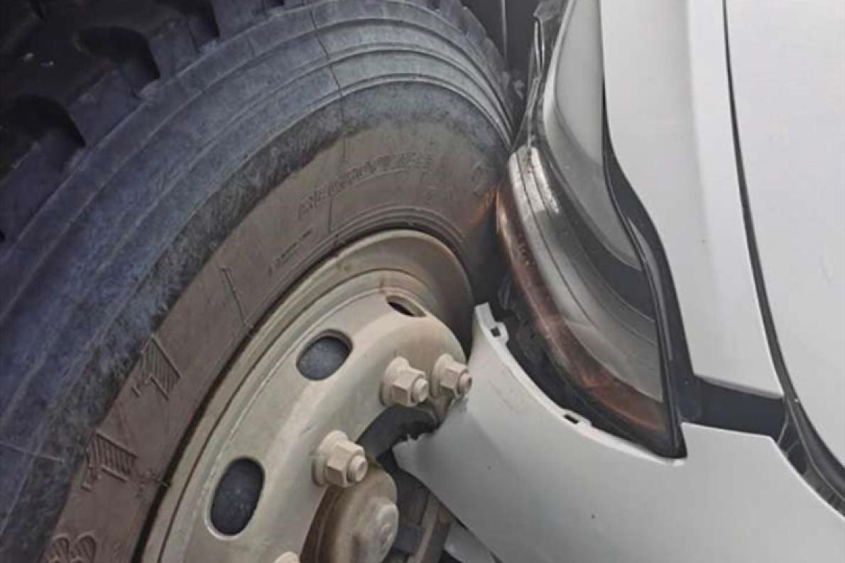特斯拉自动驾驶又㕛叒出事了?行车记录仪视频曝光 突然加速撞货车!
