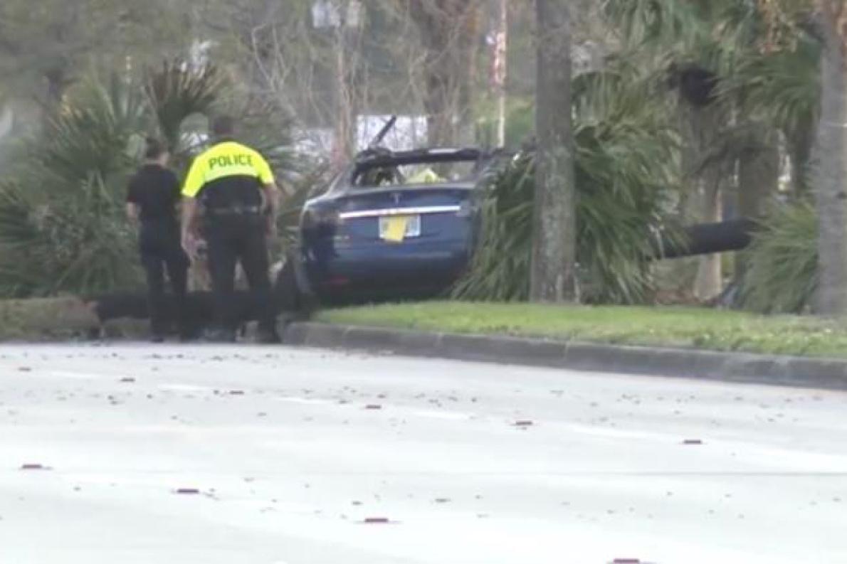 特斯拉高速撞击着火 驾驶员无法被解救而死亡